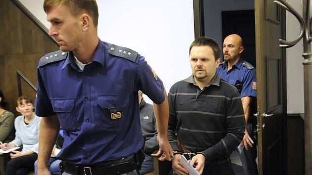 Sedmatřicetiletému Miloši Strakovi, který je obviněn z prodeje závadného alkoholu, hrozí trest odnětí svobody na tři až deset let. Státní zástupkyně požaduje čtyři až pět let.