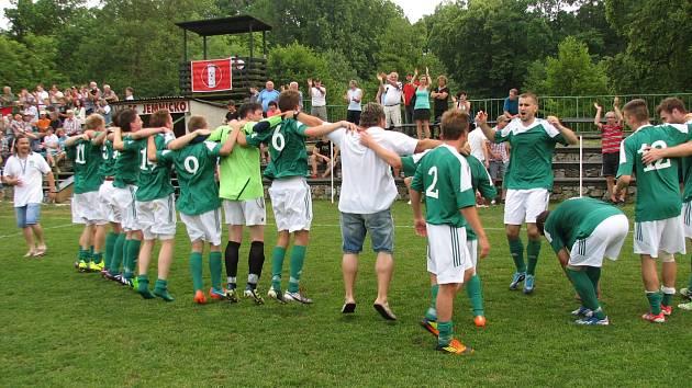 MISTŘI. Fotbalisté Ždírce slaví s fanoušky prvenství v krajském přeboru, které jim zajistila výhra v posledním kole v Jemnici.