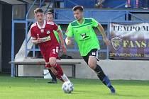 Útočník Vrchoviny Tomáš Duba (v zeleném dresu) se po zranění vrátil do základní sestavy a hned přispěl k výhře svého celku ve Znojmě.