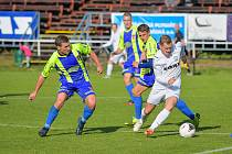 V nedělním divizním utkání mezi fotbalisty FC Žďas Žďár nad Sázavou (v bílém) a Tasovicemi (v modrožlutém) se body po remíze 2:2 dělily.