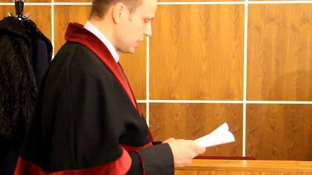 Žalobce Jiří Morava při čtení obžaloby.