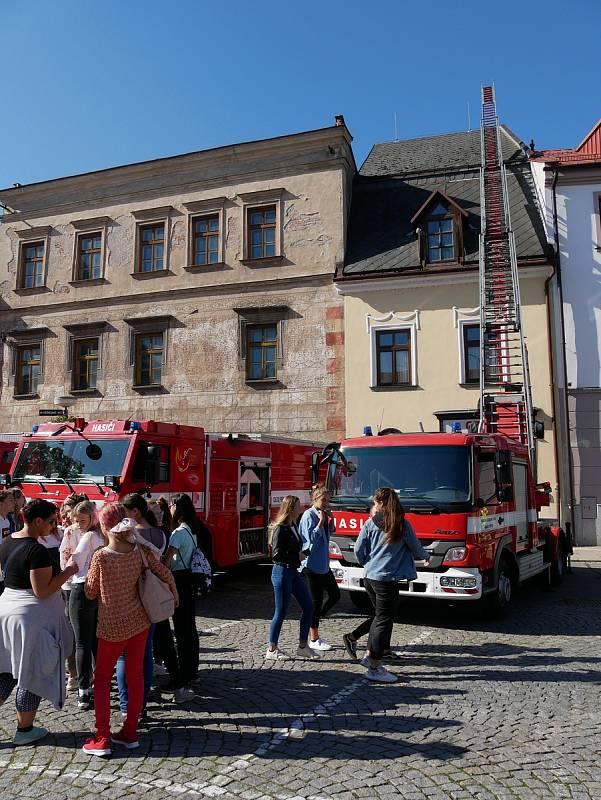 Zdravotníci předvedli ošetření pacienta s tržným poraněním končetiny, policejní psovodi výcvik policejních psů a hasiči seznámili přítomné s postupem hašení hořícího oleje.