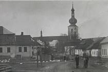 Náměstí v Měříně v roce 1926. Vlevo dům č. 18, který patří rodině Šimkových.