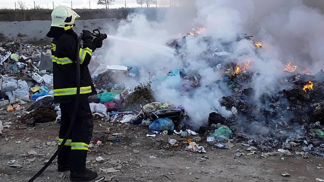 Středeční požár skládky odpadu.