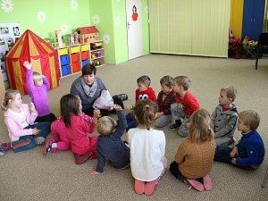 Ve školce vařili oběd na plynu, školáci si místo učení hráli
