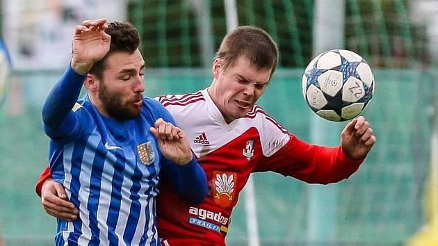 Na podzim Prostějov (vlevo) na hřišti Velkého Meziříčí (vpravo) vyhrál 2:1.