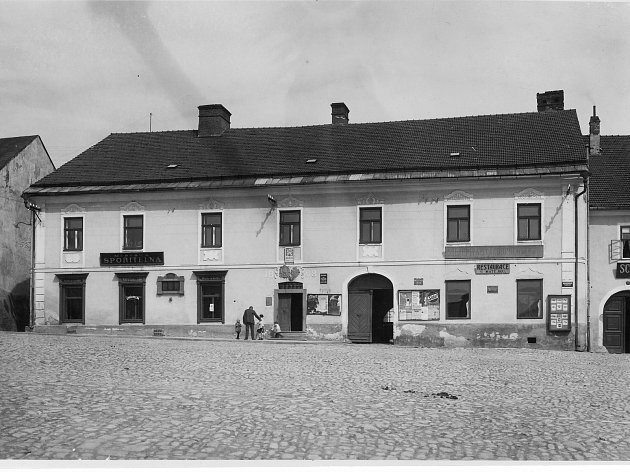 Budova dnešního muzea, původně radnice, ve 20. letech 20. století. V pravé části je restaurace u Matějků a sklad piva starobrněnského. Další restaurační zařízení, Schwarzerův hostinec a řeznictví, je o dům níže.