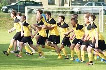 Děkovačku si fotbalisté Moravce užili po výhře 4:1 nad hamerskými Kladiváři před návštěvou sezony náramně. Duel sledovalo 350 diváků.