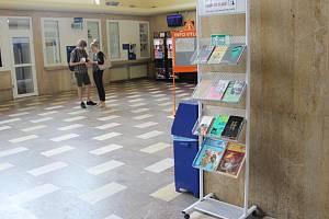 Ke klavíru, na který si mohou zahrát, přibyla cestujícím na nádraží ve Žďáře nad Sázavou další možnost rozptýlení při čekání na vlak – knihovnička. Stará se o ni žďárská knihovna, jež se nedávno zapojila do projektu Kniha do vlaku.