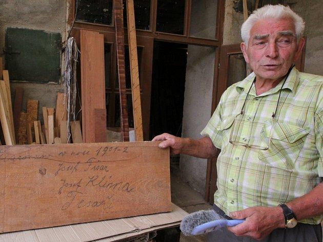 Záhadu vyřešil nález prkna v krovu kaple. Jsou na něm podepsaní místní tesaři Josefové Fišar a Klíma. Ke svým jménům připsali letopočet 1901-1902.