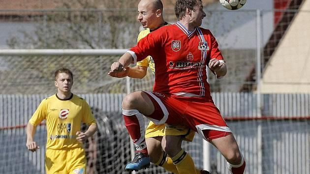 Velkomeziříčský kanonýr Jiří Jaroš (v červeném) opět potvrdil svou pověst. Jenže v gólovém příspěvku zůstal osamocený, domácí prohráli 1:3.