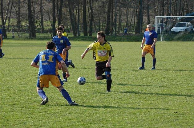 Fotbalisté Měřína (v tmavém) inkasovali v posledních dvou utkáních dohromady sedmnáct gólů. Po desetigólovém přídělu od velkomeziříčské rezervy utrpěli další debakl od Bosonoh.