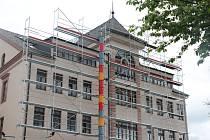 """Budovu novoměstského úřadu """"ozdobilo"""" lešení."""