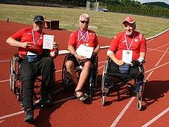 Bohumír Dvořák (uprostřed) z Velkého Meziříčí se stal v Bílině už podesáté mistrem Česka v atletice. Z letošního šampionátu si přivezl kompletní sadu medailí.