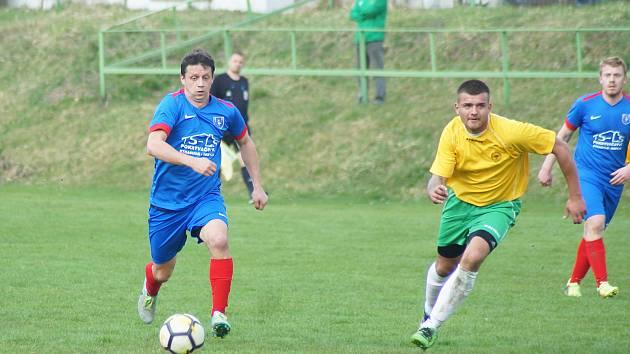 V souboji fotbalistů Radešínské Svratky (v modrém) a Šebkovic (ve žlutém) diváci branku neviděli.