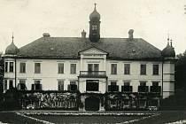 Renesanční zámek v Dolní Rožínce získal aktuální podobu mezi lety 1781-1799, kdy ho nechal upravit Jan Nepomuk Mitrovský. Pohlednice pochází zhruba z roku 1935.