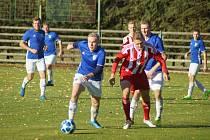 Hráči Nové Vsi (v modrém) i Bystřice (v červeném) o uplynulém víkendu na domácí půdě nezaváhali.