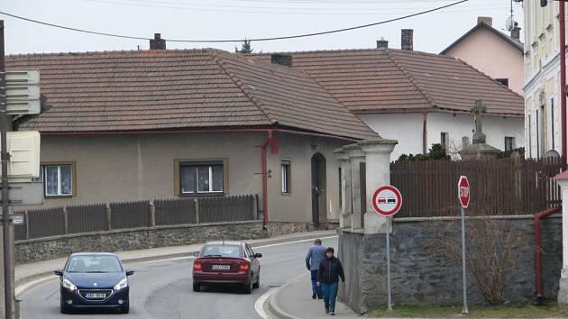 Silnice ve Veselí vede asi na třinácti stech metrech středem městyse, kde je několik nepřehledných zatáček.