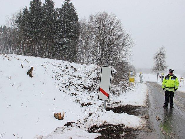Přibližně v těchto místech se přeložka silnice I/19 bude křížit s Jamskou ulicí a naváže na posílenou propojku Jamské a Brněnské.nici v cestě, jsou už pokácené.