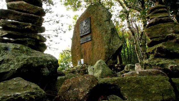 Památník obětem partyzánských bojů za druhé světové války vzdává hold ruské gardové podporučici, devatenáctileté Rufě Krasavině a českým odbojářům Františku Laštovičkovi a Františku Olejníkovi z Koníkova.