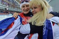 Nezapomenutelné okamžiky prožily Martina Sáblíková a její maminka Eva po Martinině vítězství v Soči. Ve Žďáře si včera zašly na steak a konečně v klidu posedět.