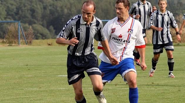 Fotbalisté Velkého Meziříčí B (v bílém) rozdrtili ve včerejším zápase v okresním derby Herálec sedmi góly.