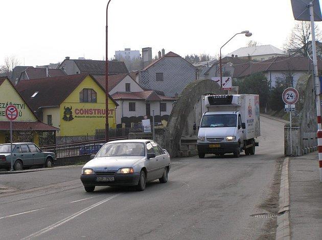 Dva velké vozy se nevyhnou na úzkém mostku v dolní části ulice Třebíčská ve Velkém Meziříčí. Přesto tudy povede půl roku objízdná trasa kvůli opravě ulice Novosady. Jiná možnost podle představitelů města není.