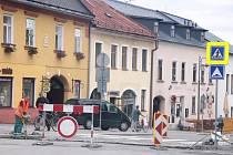 V Novém Městě na Moravě se opravuje zpomalovací pruh na Vratislavově náměstí.