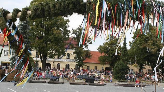 Zvedání májky na bítešském náměstí.