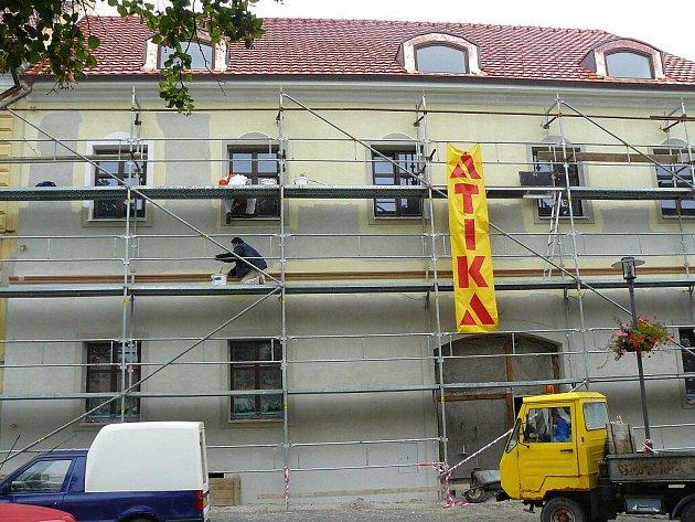 Novou fasádu v minulých dnech získávala budova takzvané Staré pošty na bítešském Masarykově náměstí.