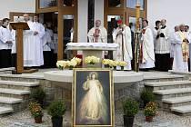Kardinál Miloslav Vlk zavítal v neděli odpoledne do Slavkovic, malé vsi na Novoměstsku. Po kázání potom požehnal nové křížové cestě.