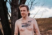 Jako album i osobní deník používá své tělo Filip Šustr ze Žďáru nad Sázavou.