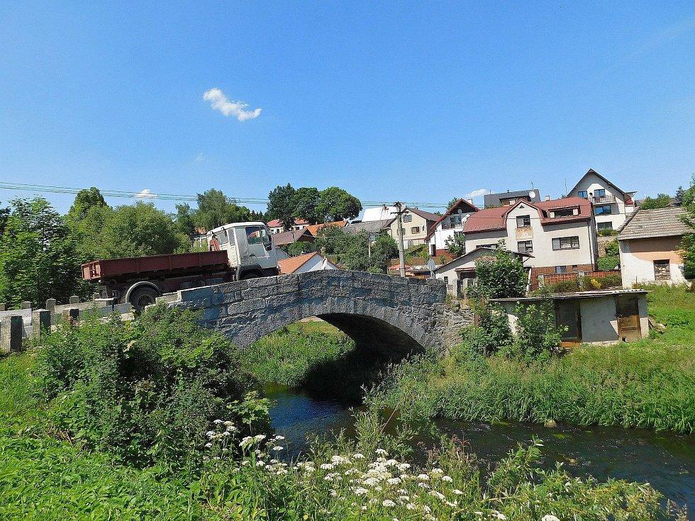 Po kamenném historickém mostě projede jen jedno auto, navíc je nyní zúžený betonovými bloky.