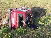 Vůz Lada Niva skončil po nehodě mimo komunikaci na boku.