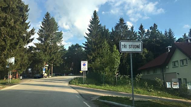 Tři Studně. Řidiči musí být ve střehu, dopravní značky občas mění své místo.