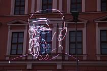 V předvečer Dne vzniku samostatného Československa se na zdi školy objevila světelná projekce. Ale až poté, co byly položeny věnce na pěti pietních místech. Lidé si připomněli i návštěvu prvního československého prezidenta.