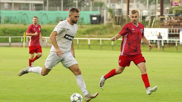 V předchozích dvou utkáních bodovali fotbalisté Bystřice (v červeném) naplno. Podaří se jim to i potřetí ze sebou v sobotním duelu s Havlíčkovým Brodem?