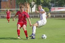 Fotbalisté Žďáru (v bílém) a Bystřice (v červeném) vyrazí o nadcházejícím víkendu na půdy svých soupeřů.