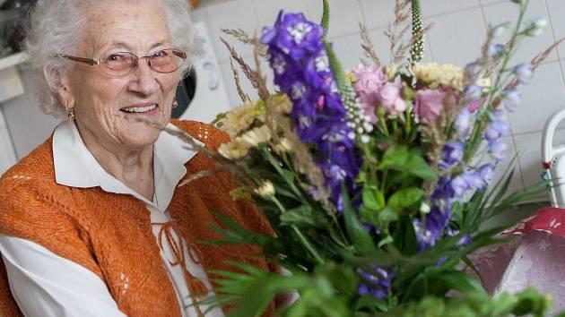 Izraelský velvyslanec Daniel Meron navštívil paní Doležalovou, zachránkyni pětileté židovské dívky v roce 1944.