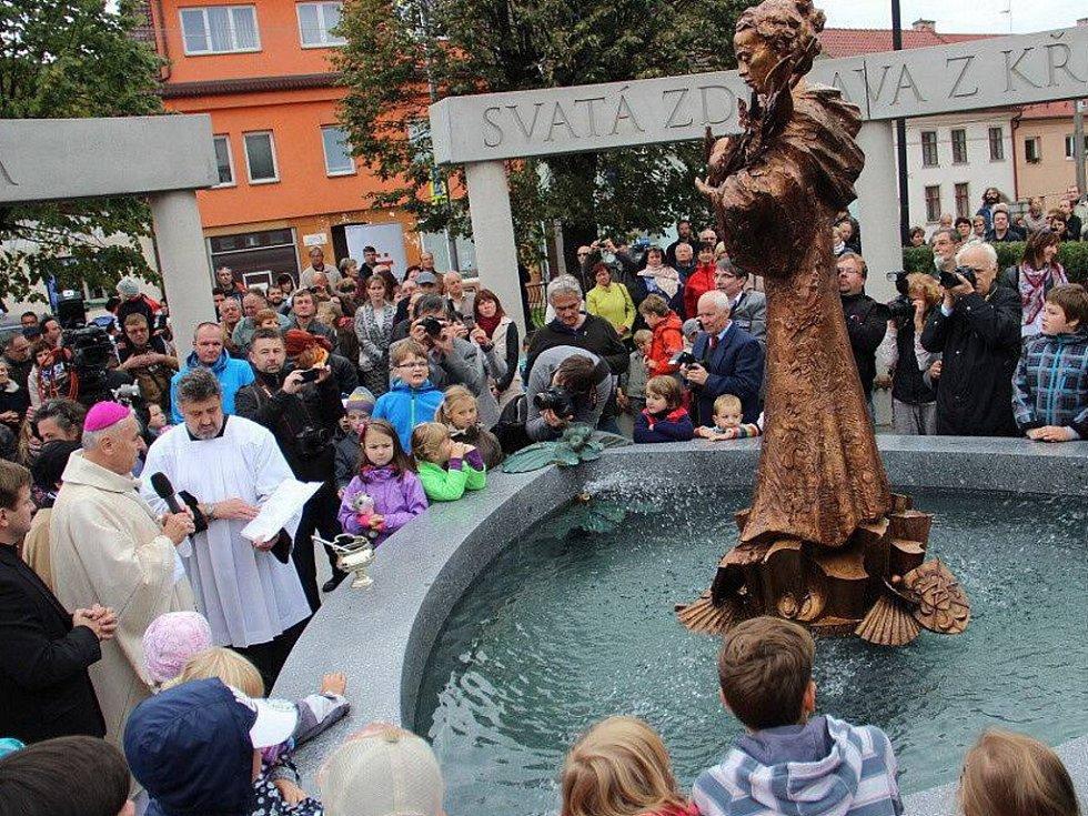 Památník s kašnou a bronzovou sochou svaté Zdislavy coby mladé dívky, na který přispěli lidé z celé republiky i ze zahraničí, byl odhalen loni v září na náměstí v Křižanově.
