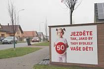 Petici za zklidnění dopravy podepsali obyvatelé žďárské čtvrti Klafar. V Libické ulici umístili pro řidiče vzkaz.