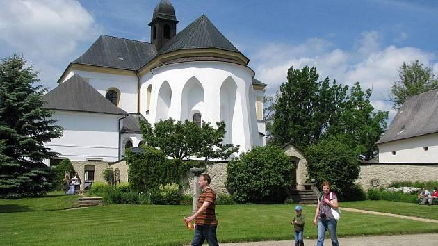 U žďárského zámku.