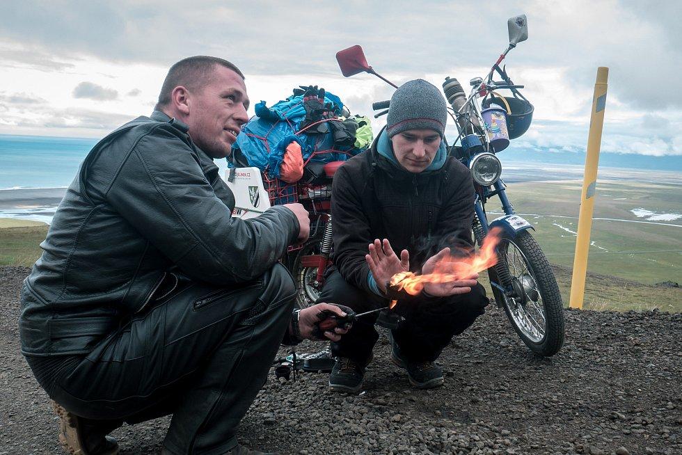Po cestě se muselo i opravovat (vypalování zanešené vložky výfuku v kopcích na Islandu).