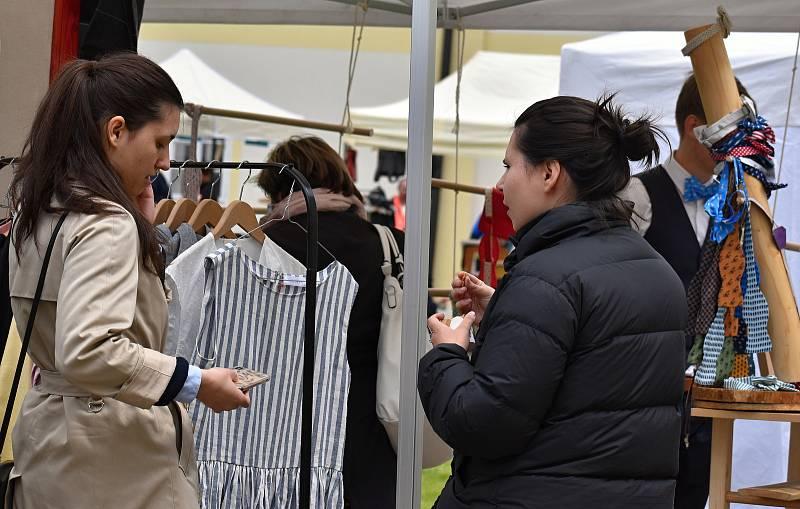 Trhy s originálními výrobky lákaly stovky návštěvníků.