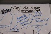 Ve žďárské základní škole ve Švermově ulici opět sledovali olympijský závod bývalé zdejší žákyně - dnes rychlobruslařské hvězdy Martiny Sáblíkové. Zvykem je i tabule se vzkazy pro úspěšnou sportovkyni.