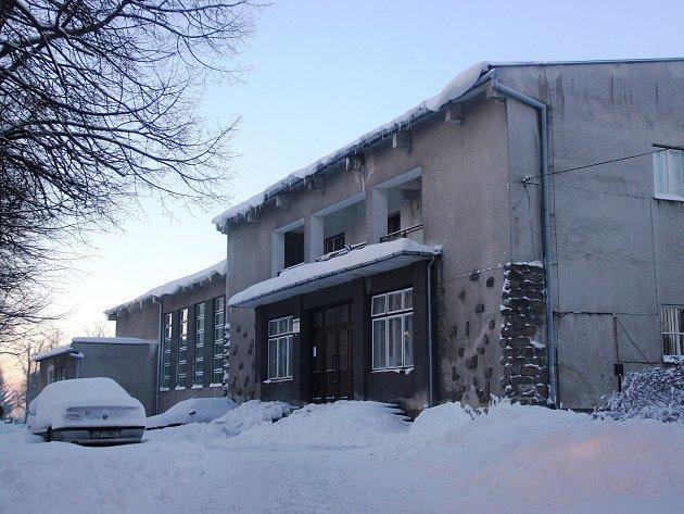 """Bývalé tělovýchovné středisko bude zbouráno a na jeho místě """"vyroste"""" nová sportovní hala."""