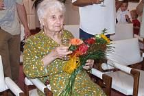 Marie Cahová z Velké Bíteše se narodila 10. srpna roku 1906. V jídle a pití se nijak zvlášť neomezuje dodnes. Když je vhodná příležitost, napije se piva nebo vína. V obřadní síni bítešské radnice si s hosty připila sektem.