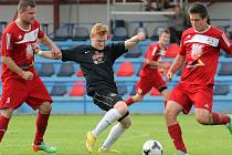 Fotbalisté juniorky Velkého Meziříčí (ve červených dresech) vyhráli podruhé v řadě a rázem se vyhoupli do první poloviny tabulky.