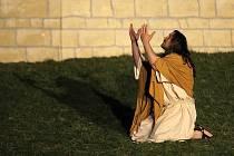 Celkem 250 amatérských herců po náročné přípravě předvedlo velikonoční pašijový příběh pro čtyři tisíce diváků.