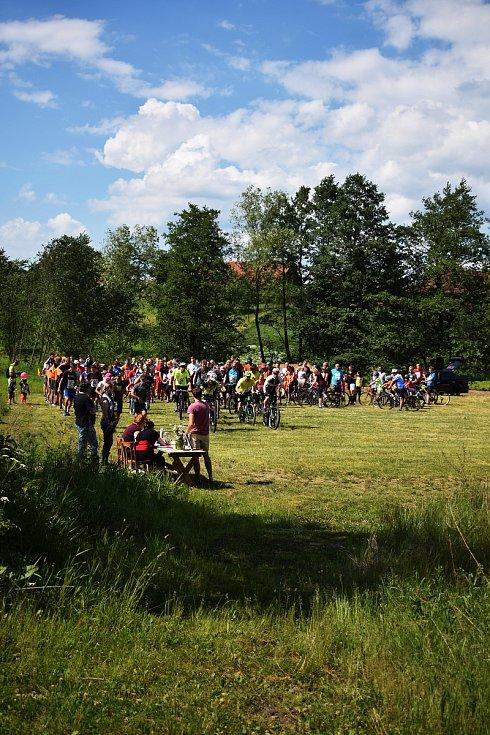 Start! Na trať běhu FreeRun 2017 nakonec vyrazilo 146 lidí. Letos ale budou mít cyklisté a běžci s chodci start oddělený.